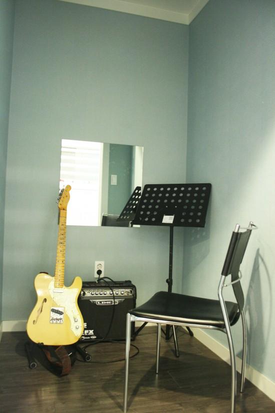 팜실용음악학원 기타연습실